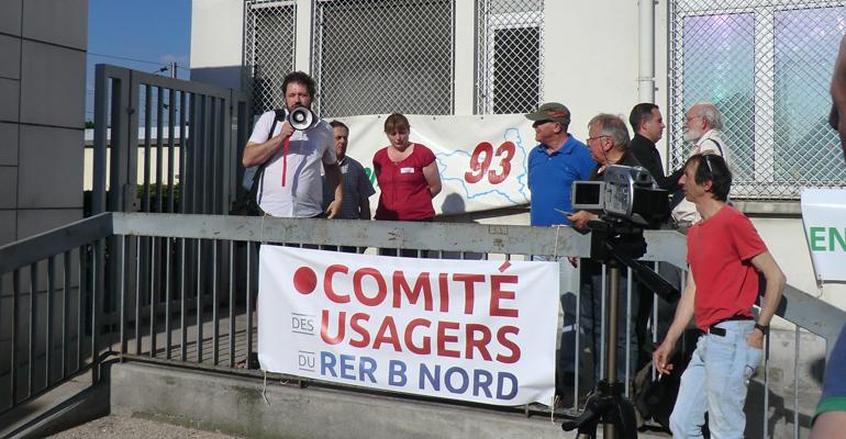 Le 7 juin 2013, le comité des usagers du RER B Nord avait appelé à un grand rassemblement devant la gare d'Aulnay-sous-Bois por protester contre la dégradation de la ligne et contre le tout omnibus. | (C) 93600INFOS/Alexandre Conan