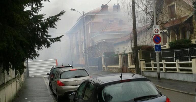 Les flammes ont ravagé l'intégralité de la salle polyvalente de cette école. | @SachaASB / Twitter