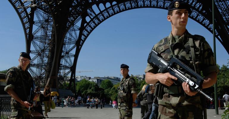 Des réservistes du 19e régiment lors d'une mission Vigipirate sou la Tour Eiffel, haut lieu de Paris. - (C) SIRPA Terre/CCH J-B. Tabone