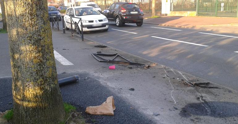 Le chaussée fût retrouvée tâchée et déchiquetée ce lundi matin près du stade du Moulin-Neuf. | (C) 93600INFOS / Alexandre Conan
