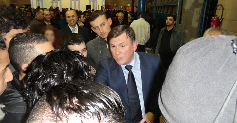 Bruno Beschizza a tenu, hier, à discuter avec la centaine de jeunes qui avaient fait le déplacement jusqu'à la salle Chanteloup. | (C) 93600INFOS/Alexandre Conan