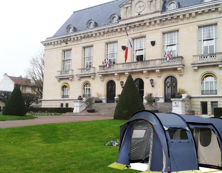Une tente a été plantée aujourd'hui dans les jardins de l'hôtel de ville. | (C) 93600INFOS/Alexandre Conan