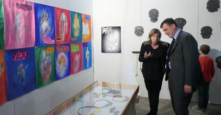 Bruno Beschizza a visité l'exposition en compagnie de la directrice de l'école la semaine dernière lors de son vernissage. | (C) 93600INFOS / Alexandre Conan