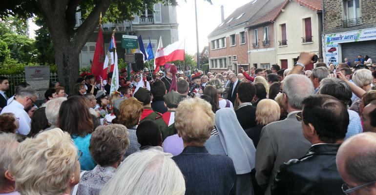 L'inauguration a eu lieu devant de très nombreux émigrés polonais, pays d'origine de l'ancien pape Jean-Paul II, récemment canonisé. | (C) 93600INFOS / Alexandre Conan