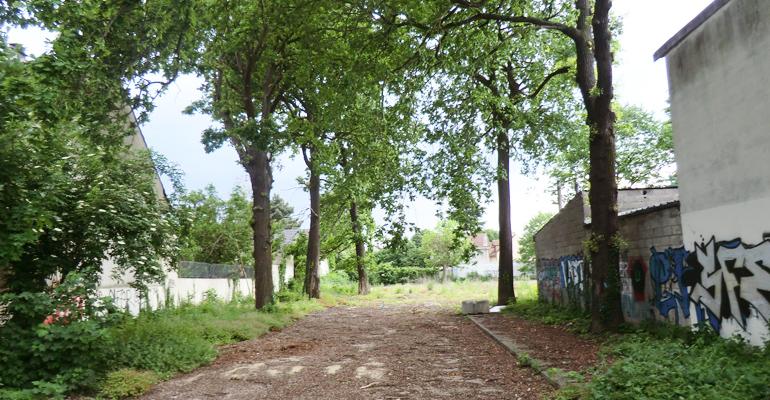 Le terrain est idéalement placé, à quelques minutes à pied de la gare RER d'Aulnay-sous-Bois. | (C) 93600INFOS/Alexandre Conan