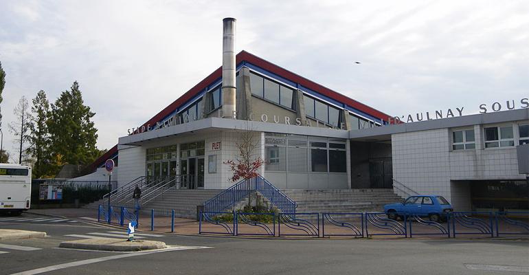 Après quarante ans de bons et loyaux services, la toiture de la piscine d'Aulnay-sous-Bois serait-elle en train de faillir ? La situation en a tout l'air... | (CC) Iodure 2049 / Wikipédia