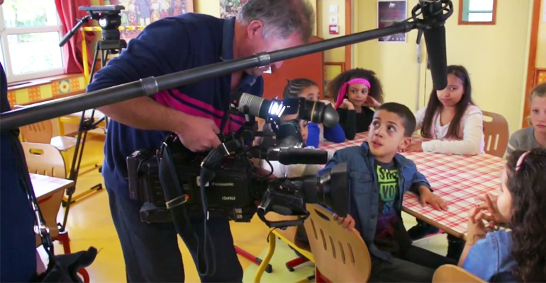 Les petits aulnaysiens osent goûter devant les caméras de TF1. | (C) Direction des communications / Mairie d'Aulnay-sous-Bois