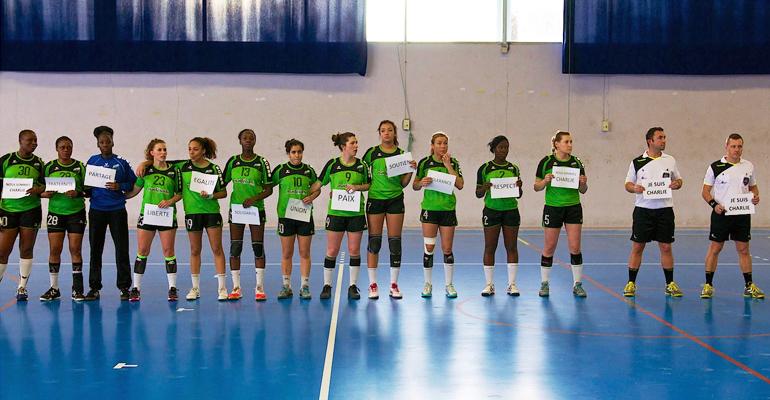 Les joueuses ont apporté leur soutien aux victimes des attentats de la semaine précédente avant d'entamer la rencontre ce dimanche. | (C) Aulnay Handball