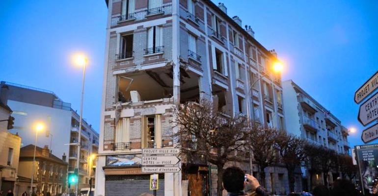 L'immeuble, complètement éventré par la déflagration, est actuellement encadré par un large périmètre de sécurité. | (C) FCPE