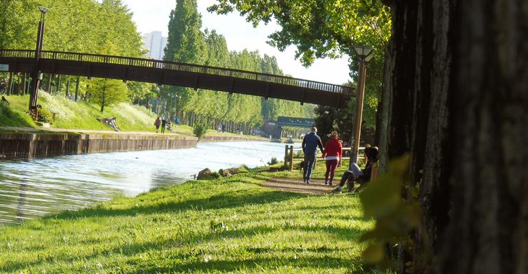 Dimanche 3 Mai 2015, entre deux averses, le Canal de l'Ourcq demeurait un espace de détente pour de fidèles passants. | (C) Alexandre Conan/93600INFOS