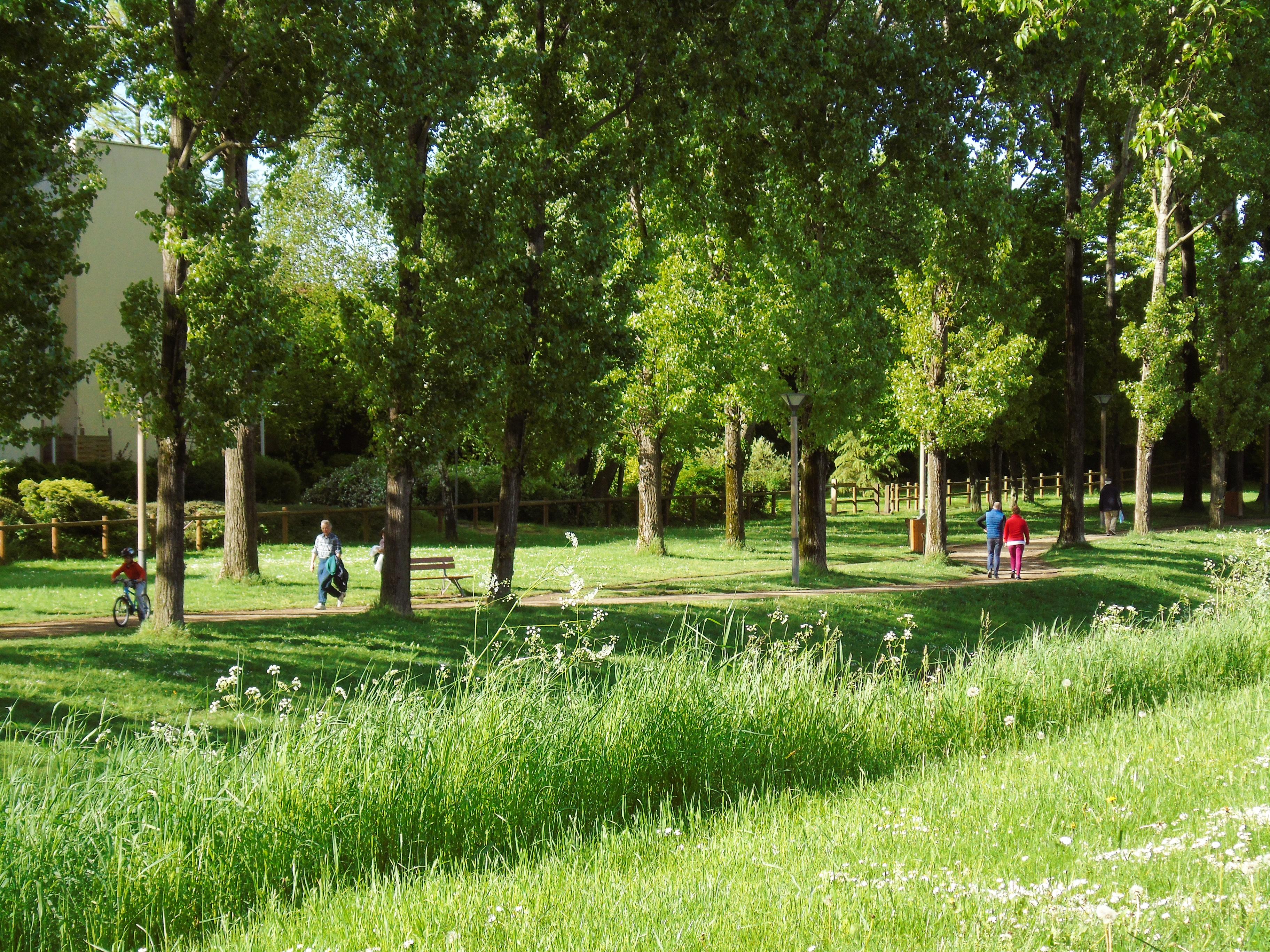 Canal de l'Ourcq - Aulnay-sous-Bois - Promenade verte avec des passants - (C) Alexandre Conan