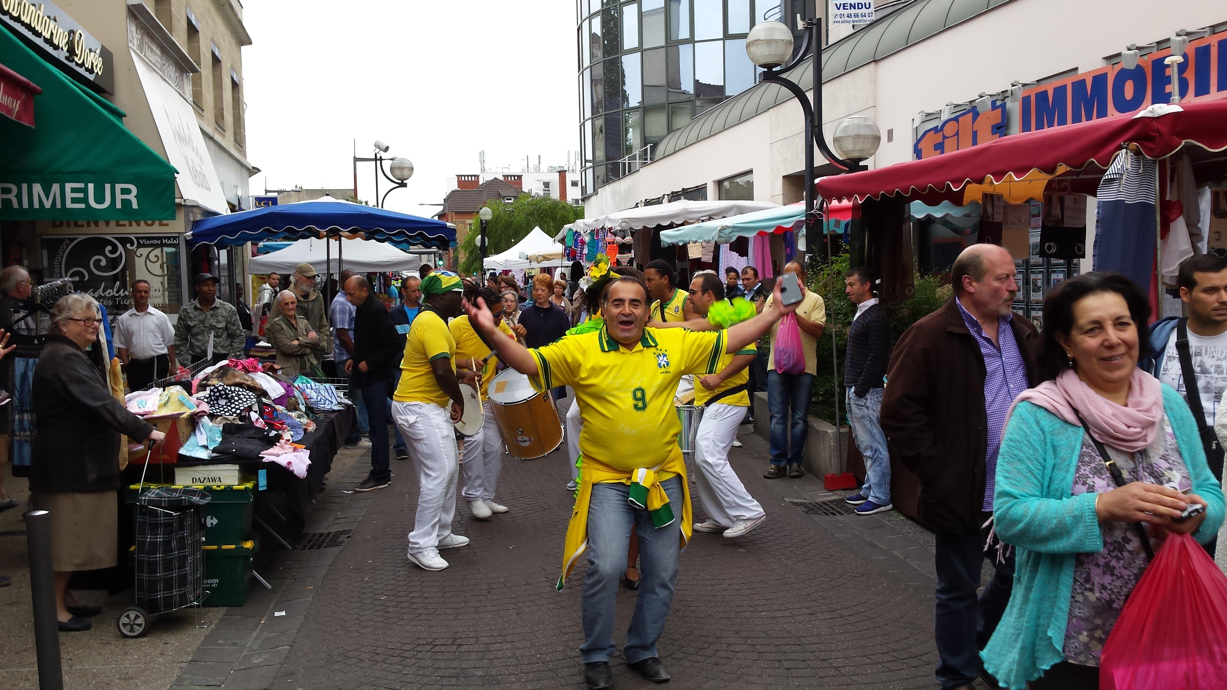 Déambulation brésilienne au milieu du marché de la gare. | (C) 93600INFOS / Alexandre Conan