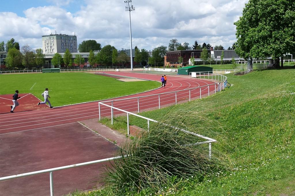 Le stade du Moulin-Neuf est l'une des principales infrastructures sportives de la ville, fréquentées aussi bien des publics scolaires, amateurs et profesionnels. | © 93600INFOS.fr/Alexandre Conan