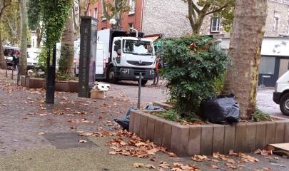 A la fin de chaque marché, les équipes de nettoyage s'affairent pour rendre les espaces publics entièrement propres. | © 93600INFOS.fr / Alexandre Conan
