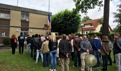 Les policiers municipaux et nationaux se sont rassemblés ce mercredi dans la cour du commissariat de police rue Louis Barrault pour observer une minute de silence. | © DR