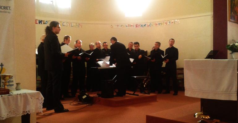 Ce matin, le groupe a interprété quelques morceaux aux fidèles venus à la messe en avant première de leur concert. | (C) 93600INFOS / Alexandre Conan