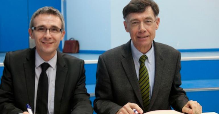 Stéphane Troussel (à gauche) et Jean-Louis Brison (à droite) ont signé jeudi dernier la poursuite du dispositif lancé en 2008 à l'initiative du Conseil Général.   (C) Conseil Général de la Seine-Saint-Denis