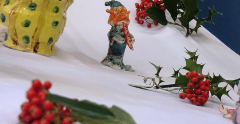 Une trentaine de personnages, maisons et divers objets ont été présentés aux parents des enfants de l'association.   (C) 93600INFOS/Alexandre Conan