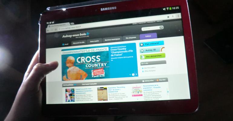 Internet se consomme de plus en plus sur smartphone et tablette au détriment des ordinateurs fixe et portables. | (C) 93600INFOS / Alexandre Conan