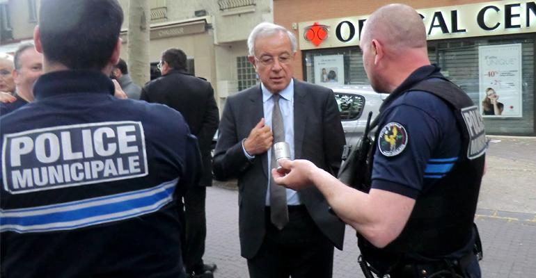 Alain Lamassoure, tête de liste UMP pour les européennes, s'est vu présenté les différentes armes à la disposition des forces de l'ordre. | (C) 93600INFOS/Alexandre Conan