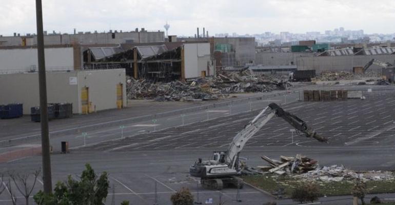 Le chantier, qui est visible depuis l'autoroute, permettra a terme de raser 180 000 m² de bâtiments dont des toitures métalliques et des verrières contenant de l'amiante.   (C) Le Parisien / Gwenaël Bourdon