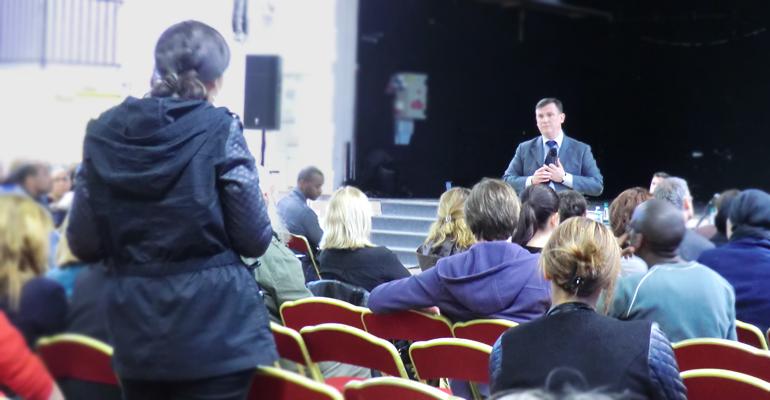 Environ 300 parents ont fait le déplacement pour écouter et poser des questions au maire.   (C) 93600INFOS / Alexandre Conan