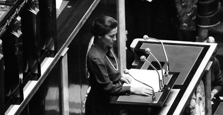 Après des heures de débat à l'Assemblée Nationale, Simone Veil, alors ministre de la Santé, a légalisé l'IVG en 1975. | (C) INA