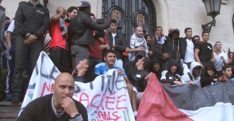 """""""Hollande complice, Israël assassin"""" scandaient de nombreux jeunes mardi soir devant la mairie.   (C) Le Parisien/Amanda Breuer Rivera"""