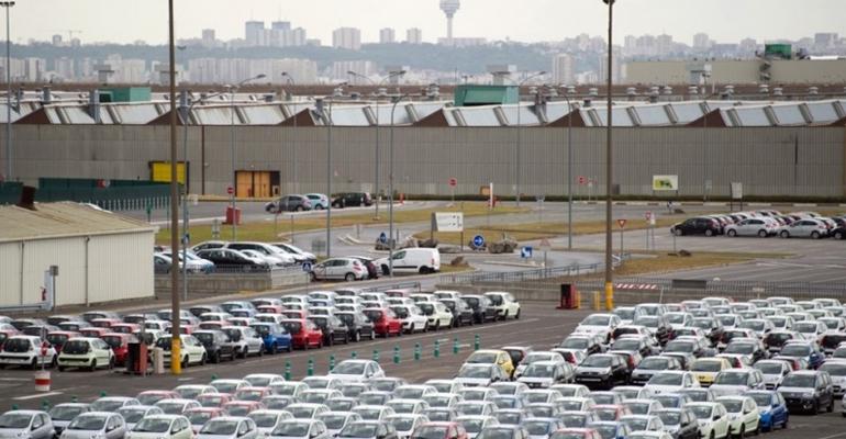 Les parkings du site PSA sont idéaux pour accueillir plusieurs centaines de voitures. | (C) Martin Bureau / AFP