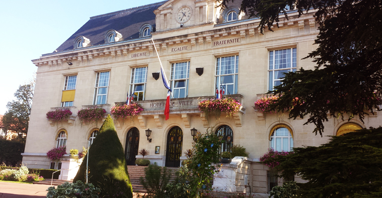 Sept drapeaux tricolores ont été mis en berne sur le fronton de la mairie d'Aulnay-sous-Bois en hommage à l'otage assassiné. | (C) 93600INFOS / Alexandre Conan