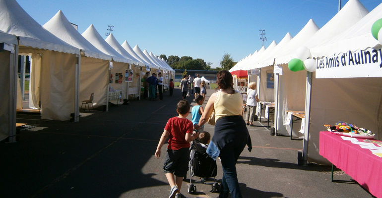 Pendant quelques années, le forum s'était installé au stade du Moulin-Neuf. L'étalement rendait moins convivial cet événement. En 2014, le forum revient à la ferme !   (C) 93600INFOS / Alexandre Conan