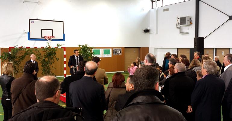 Plusieurs dizaines d'habitants sont inaugurer le nouveau gymnase du quartier. | (C) 93600INFOS / Alexandre Conan