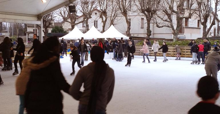 Les Aulnaysiens pourront découvrir ou redécouvrir les joies du patinage. La Ferme du Vieux Pays revêt ses traditionnels habits d'hiver et accueille cette année encore une patinoire en plein air.   (C) 93600INFOS / Alexandre Conan