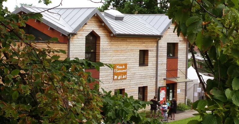 La Maison de l'Environnement est un espace de 120 m² d'espaces en libre accès et gratuit qui accueillent expositions, ateliers thématiques, conférences ainsi qu'un centre de ressources documentaires. | (C) 93600INFOS / Alexandre Conan