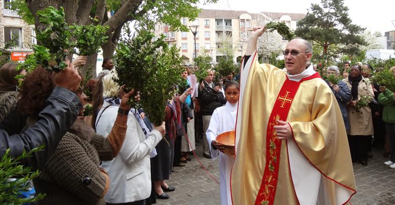 La messe du dimanche des Rameaux sur le parvis Jean-Paul II, devant l'église Saint-Sulpice d'Aulnay-sous-Bois, en 2014.   (C) Paroisses catholiques d'Aulnay-sous-Bois