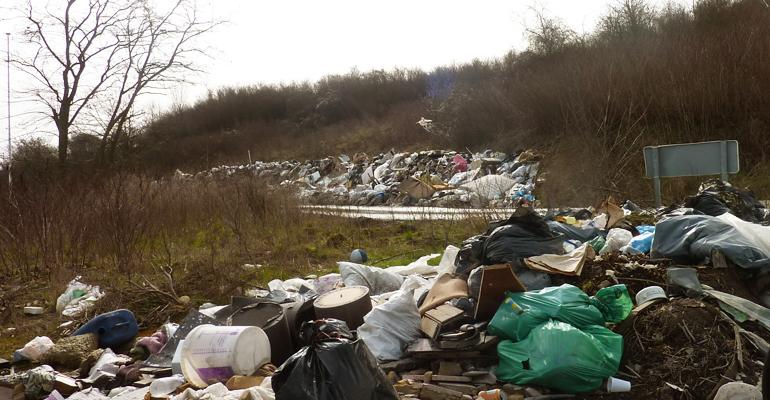 Déchets restants après l'évacuation d'un camp de roms le long de l'autoroute A1 à Aulnay-sous-Bois en 2014. | (C) DR