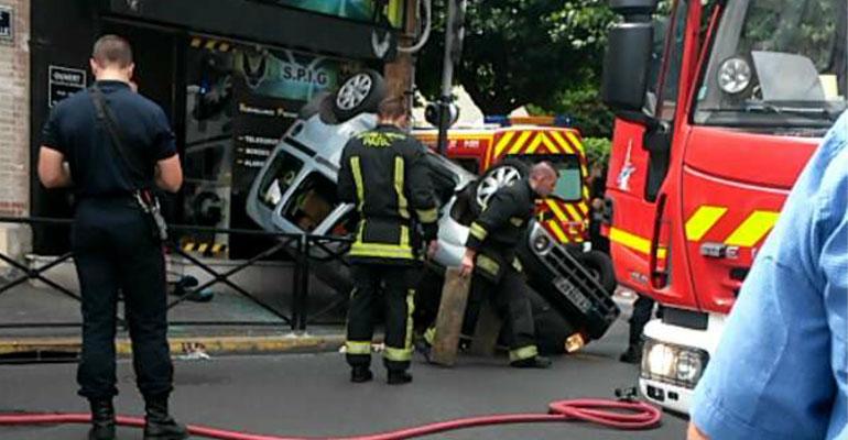 Le véhicule a semble t-il été percuté avant de se retourner pour venir se poser à l'envers sur les barrières du trottoir. | (C) DR