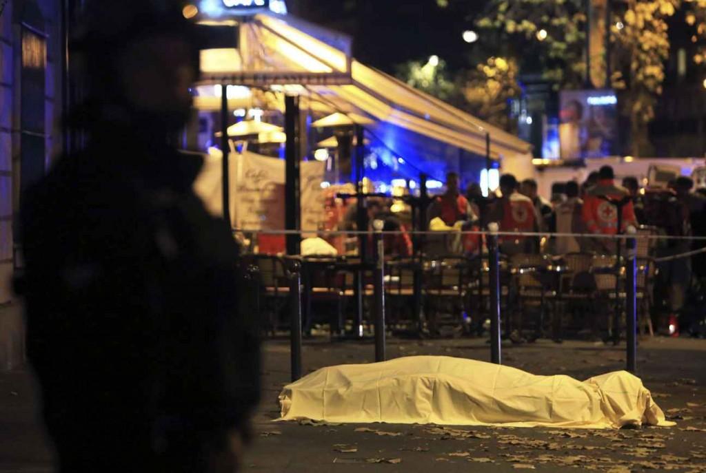 Un corps gît près du Bataclan le 13 novembre 2015. | © Thibault Camus/AP/SIPA