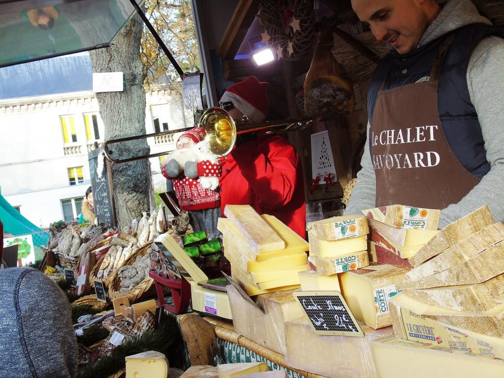 """""""Le chalet savoyard"""" a proposé des fromages et charcuteries traditionnelles.   © 93600INFOS.fr / Alexandre Conan"""
