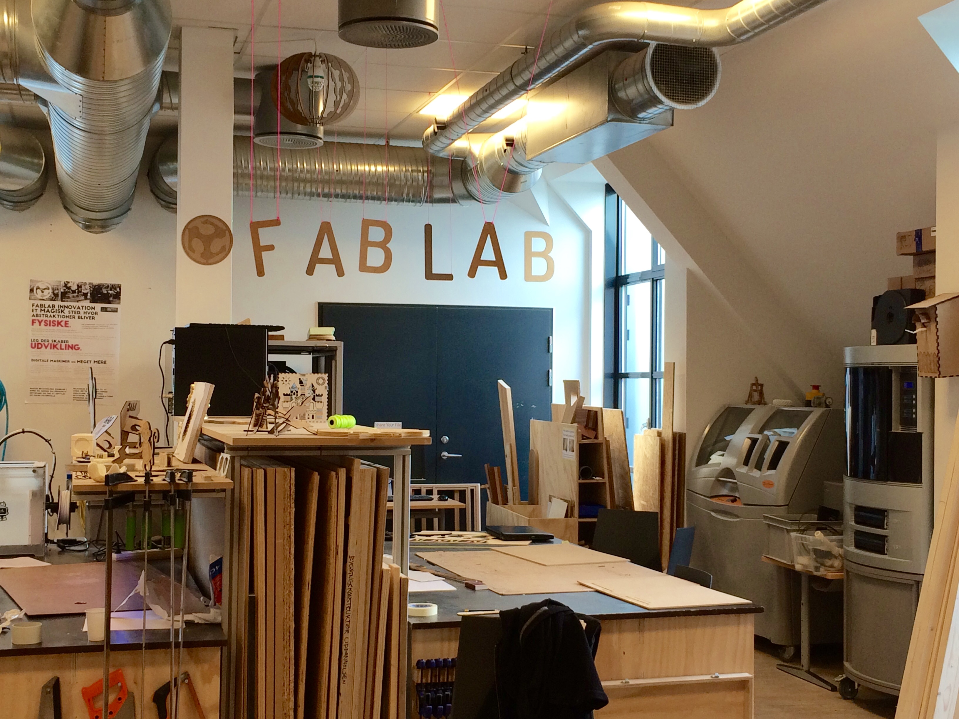 Un laboratoire de fabrication est un lieu ouvert où la population peut venir créer ou réparer ses objets.  Photo libre de Kristian Bang