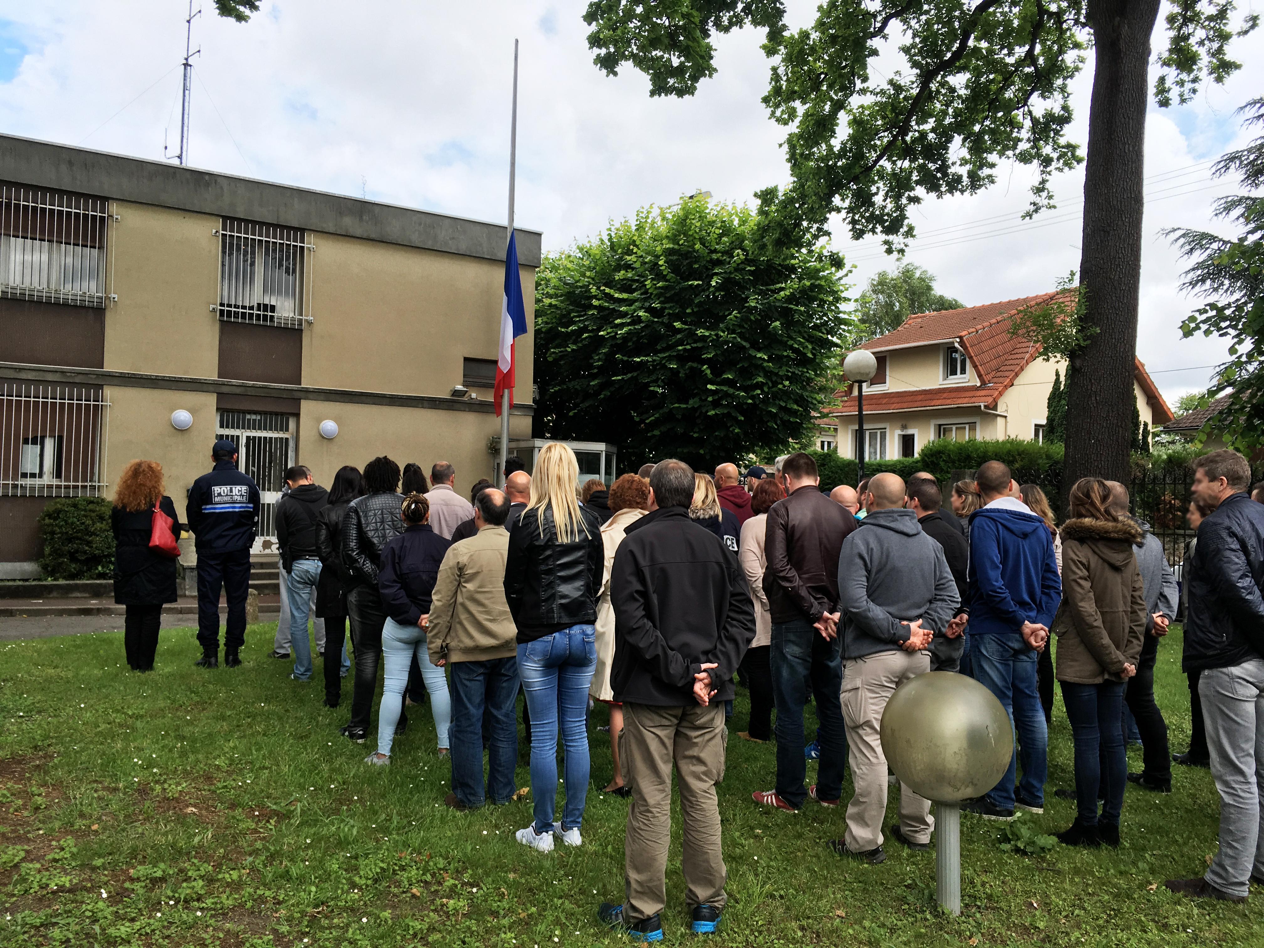 Les policiers municipaux et nationaux se sont rassemblés ce mercredi dans la cour du commissariat de police rue Louis Barrault pour observer une minute de silence.   © DR